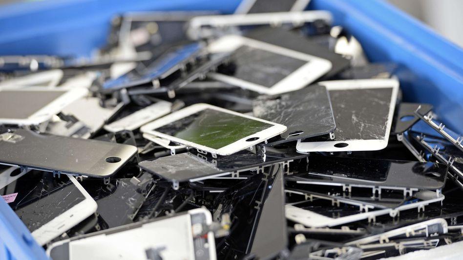Handyschrott auf dem Weg zur Zweitverwertung: Könnte ein Pfand die Recyclingquote steigern?