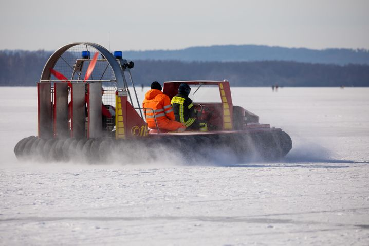 Hannover: Die Feuerwehr kontrollierte mit einem Luftkissenboot die Eisfläche auf dem Steinhuder Meer