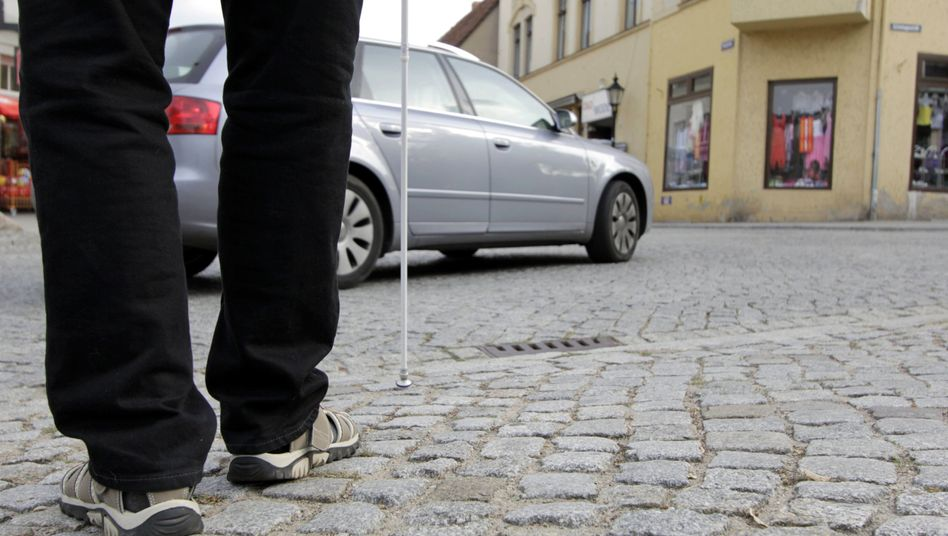 Blinder Mann im Straßenverkehr