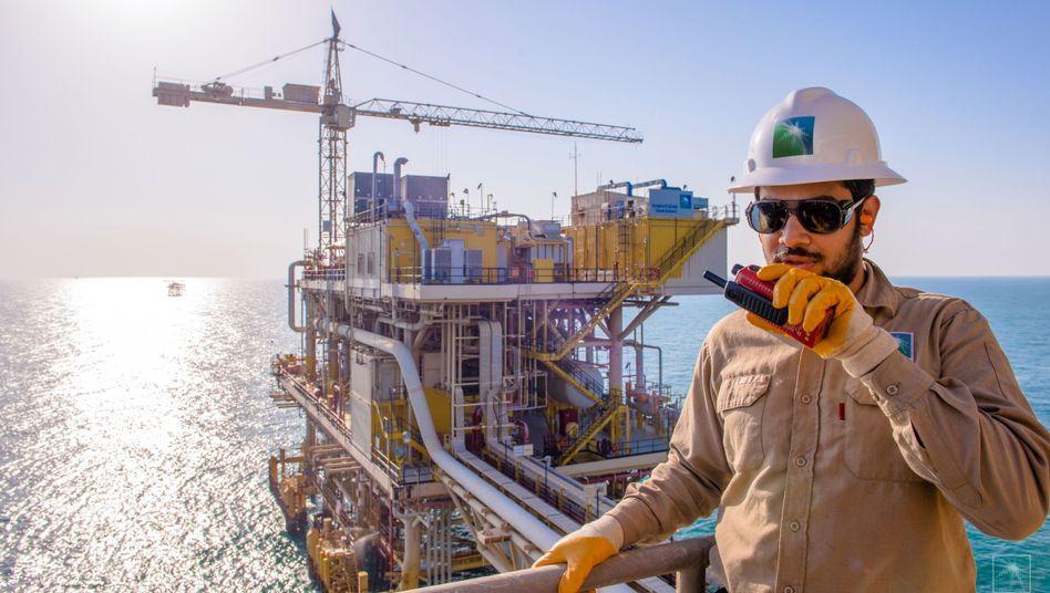 Mitarbeiter von Saudi Aramco an der Tanajib-Anlage in Saudi Arabien: