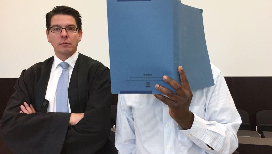 Anwalt und Angeklagter Immanuel K. im Amtsgericht Düsseldorf