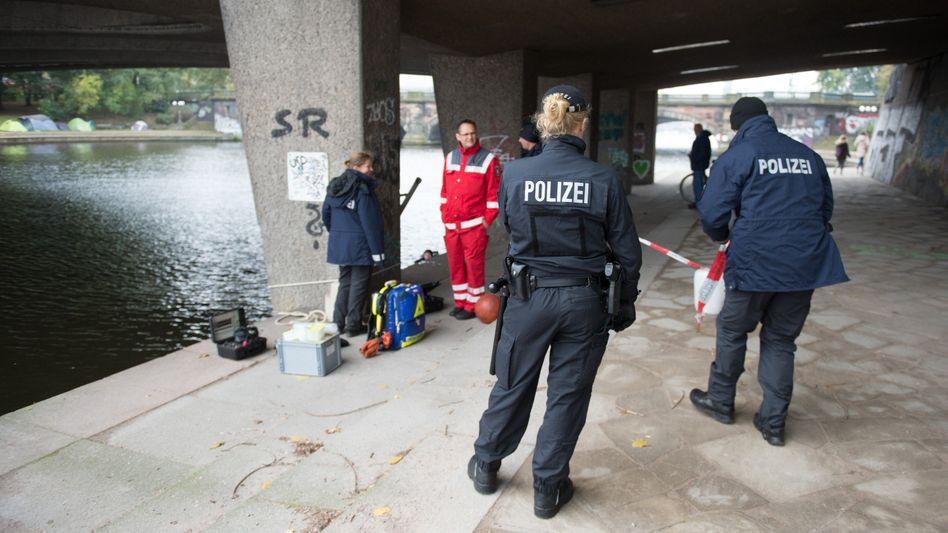 Polizisten am Tatort unter der Kennedybrücke