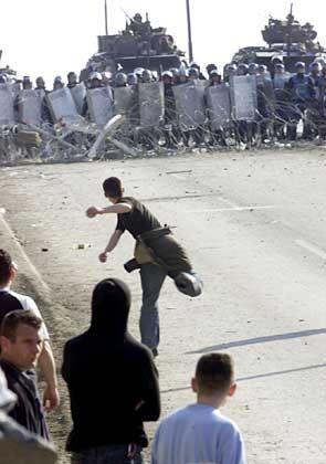 Explosion über Nacht: Im März 2004 brachen in Kosovos Hauptstadt Pristina Unruhen zwischen Kosovo-Albanern und Serben aus