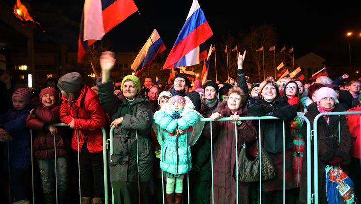 Simferopol: Russlandfahnen und Victory-Zeichen