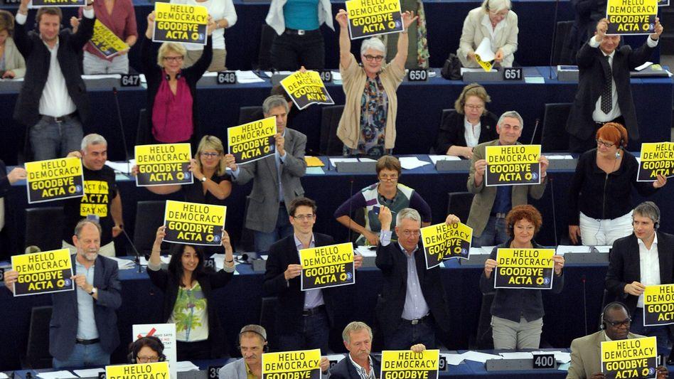 EU-Parlamentarier feiern das Acta-Aus: Im Internet wird kopiert wie nur was