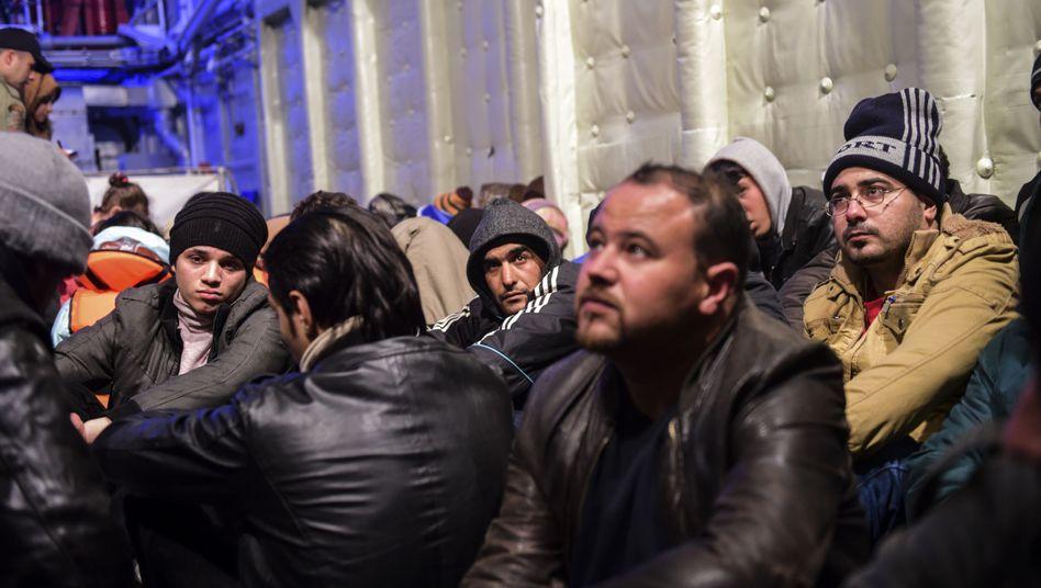 Syrische Flüchtlinge auf einem Schiff der türkischen Küstenwache