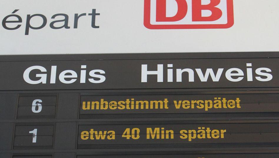"""Anzeigetafel an einem Bahnhof: """"Leider Ausdruck der Gesamtsituation"""""""