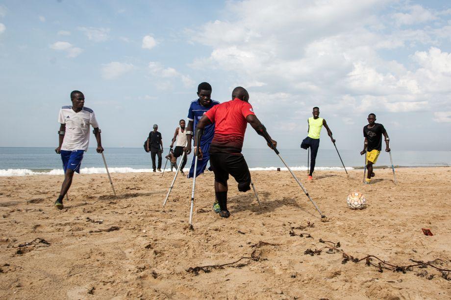 Die Amputees am Strand von Freetown: Gemeinsam kämpfen sie gegen die Albträume der Vergangenheit und für ein Leben in Würde