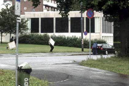 Bilder der Überwachungskameras: Die Täter laden die Bilder in einen Audi...