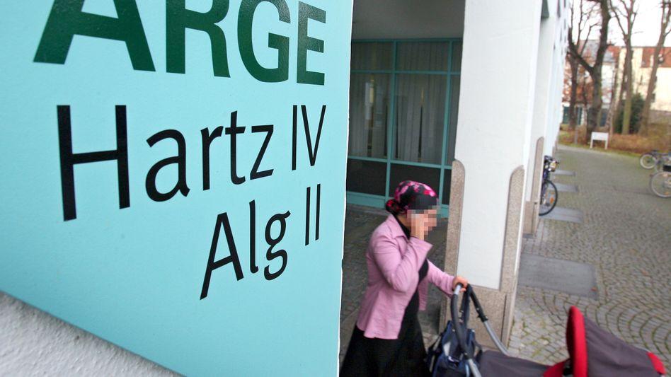 Hinweisschild in Augsburger Jobcenter: Selbstständig, aber arm