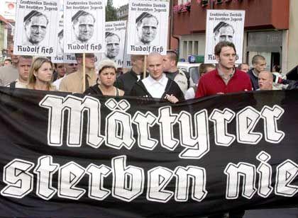 """Rechtsextremisten beim """"Rudolf-Heß-Gedenkmarsch"""" in Wunsiedel (2004): Will die NPD in der Stadt einen alten Gasthof kaufen?"""
