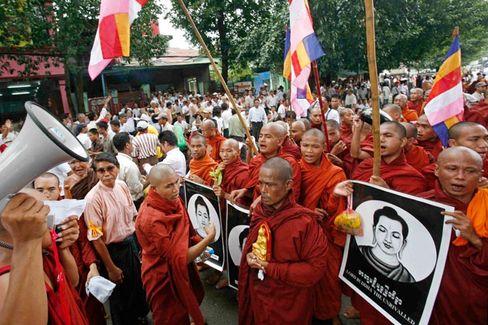 """Protest in Rangun: """"Wir marschieren für das Volk"""""""