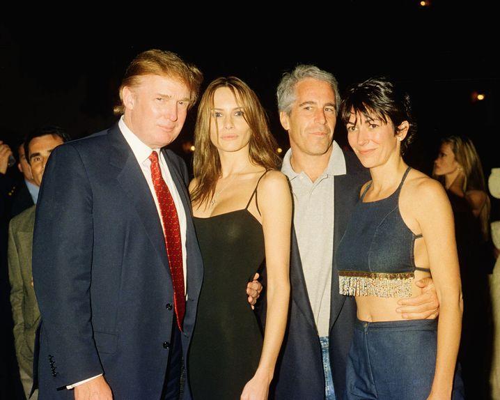 Prominente Kreise: Donald Trump posiert mit seiner damaligen Freundin Melania, neben Jeffrey Epstein und Ghislaine Maxwell im Mar-a-Lago Club in Palm Beach in Florida (Archivbild aus dem Jahr 2000)