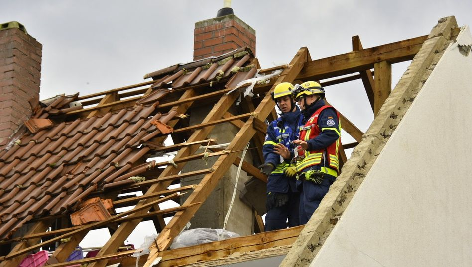 Ein beschädigtes Dach eines Hauses in Bobenheim am Berg