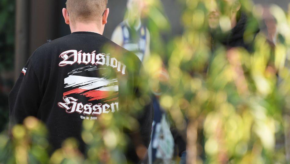 """Rechter Alltag? Ein Teilnehmer einer geplanten Wahlkampfveranstaltung der NPD trägt in Wetzlar einen Pullover mit der Aufschrift """"Division Hessen""""."""