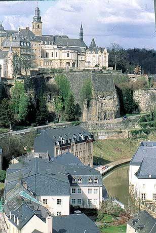 Blick auf die Festungsanlage: Die Stadt Luxemburg bietet mehr als Banken