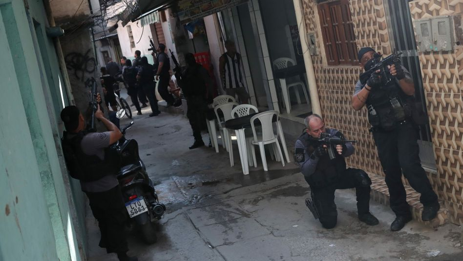 Bewaffnete Polizisten während des Einsatzes im Armenviertel Jacarezinho im Norden Rios