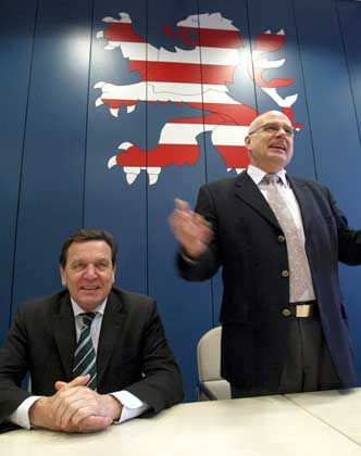 Wieder auf Kurs gebracht? Hessens SPD-Chef und Kriegskritiker Gerhard Bökel (r.) neben Kanzler Schröder (SPD)