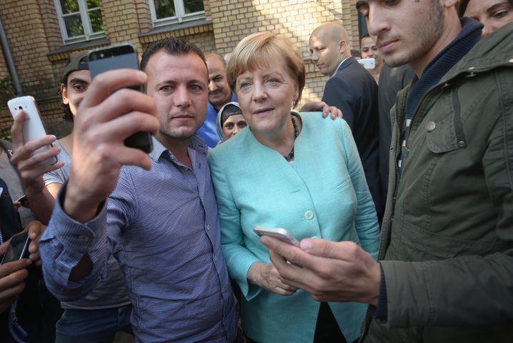 Berlin-Spandau, 10. September 2015: Einige Flüchtlinge ergattern ein Selfie mit Merkel, Modamani ist in diesem Bild am Rand zu sehen
