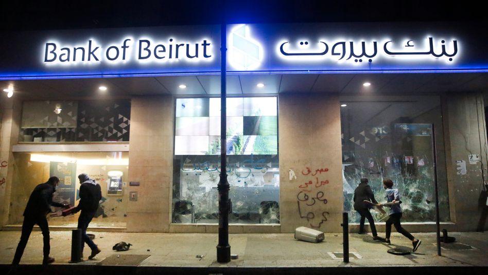 Protestierende zerstören Mitte Januar die Fenster einer Bank in Beirut