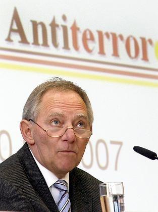 Bundesinnenminister Wolfgang Schäuble: Per Druck auf eine Computertastatur die jahrelang umstrittene Antiterrordatei freischaltet