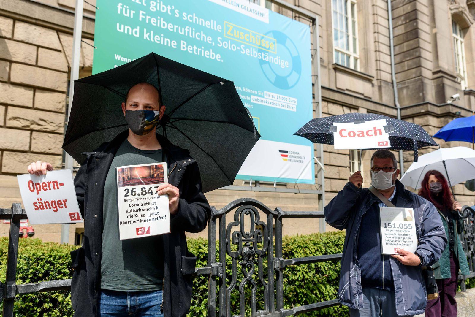 Gemeinsam mit CAMPACT demonstreiren Solo-Selbstständige, Freiberufler und Künstler vor dem Bundeswirtschaftsministerium