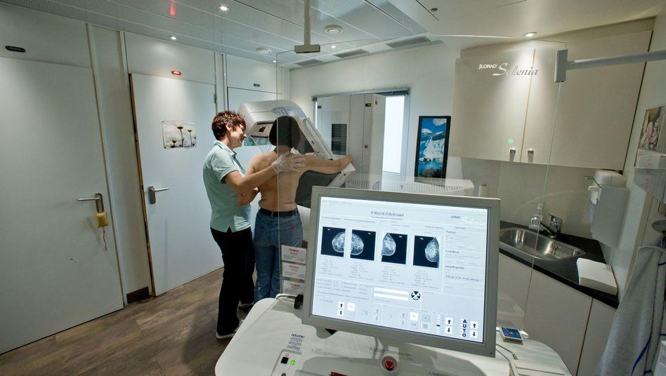 Patientin bei Untersuchung der Brust: Aufklärung über Mammografie-Screening zur Früherkennung von Brustkrebs in der Kritik