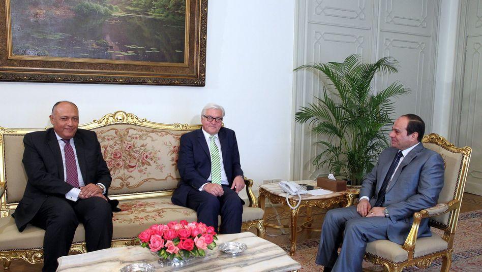 Steinmeier mit Ägyptens Präsident el-Sisi (rechts) und Außenminister Schukri: Zentraler politischer Partner in der Region