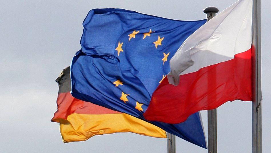 Grenzverkehr: Flaggen am deutsch-polnischen Grenzübergang in Frankfurt