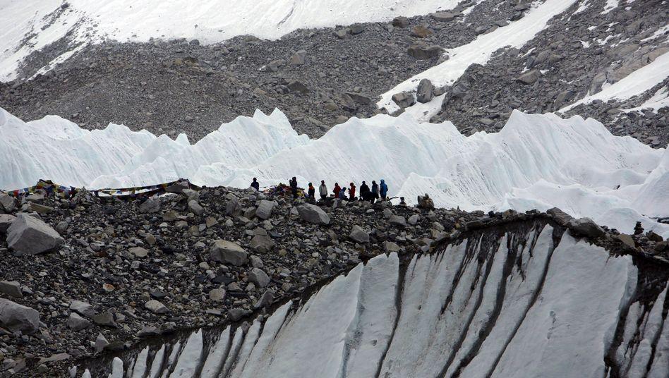 Bergsteiger in einem Basislager auf dem Mount Everest (Archivbild)