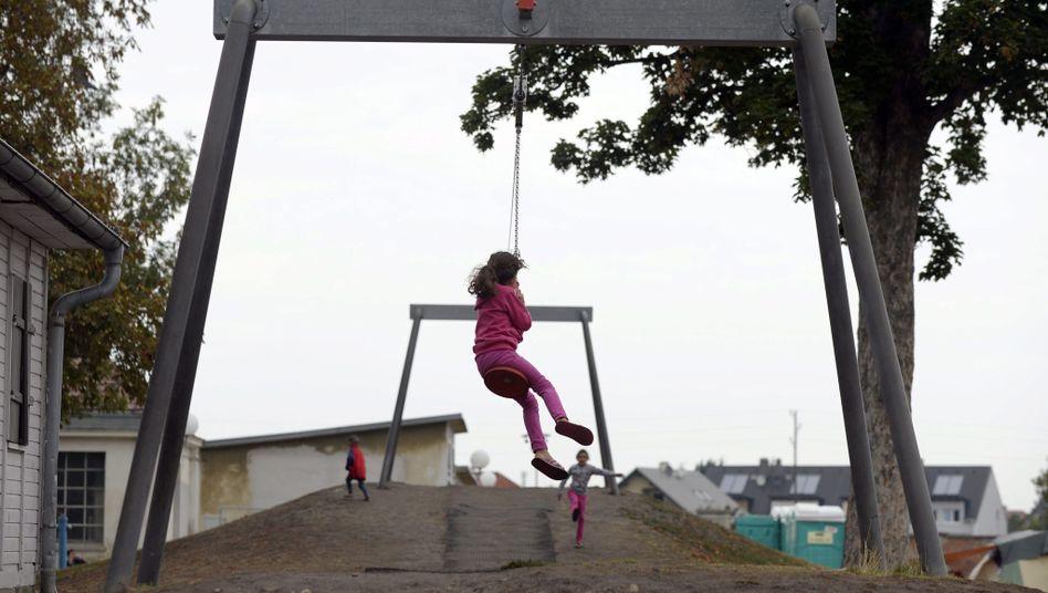 """""""Du sollst..."""": Niederösterreich will Geflüchtete, wie dieses Kind in Traiskirchen, auf """"Zehn Gebote der Zuwanderung"""" verpflichten."""