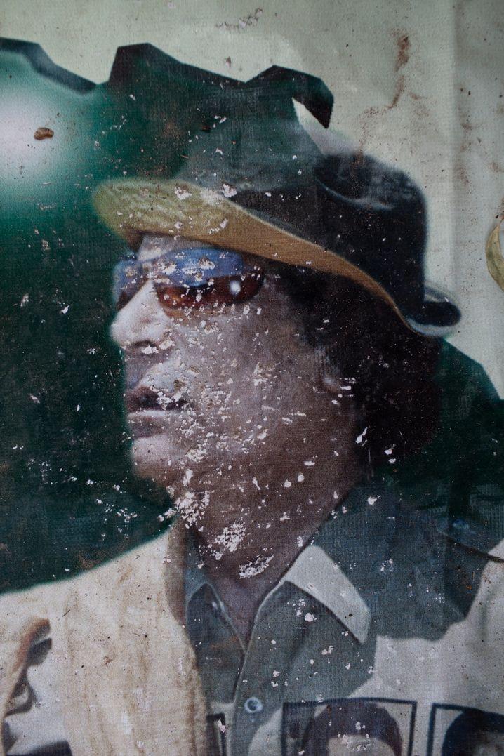 Zerissenes Gaddafi-Poster in Tripoli, Libyen 2011