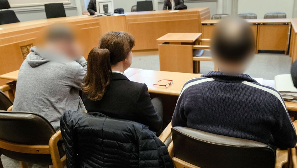 Die beiden Angeklagten im Landgericht Kiel