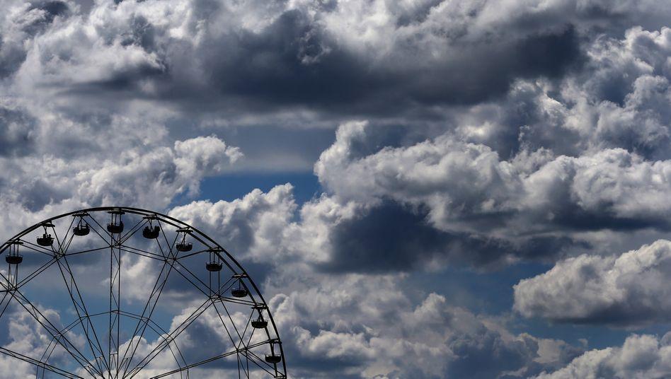 Riesenrad in einem Freizeitpark (Archivbild): Samstag wird durchwachsenes Wetter erwartet