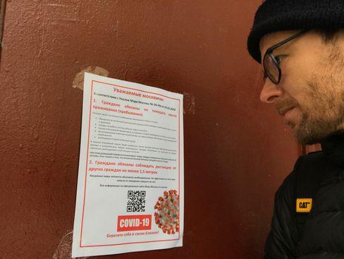 Russland-Korrespondent Christian Esch vor einem Aushang, der die Moskauer darauf hinweist, dass sie von nun an zu Hause arbeiten müssen