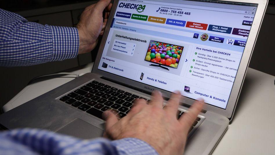 Computerbildschirm mit dem Angebot des Online-Vergleichsportals Check24