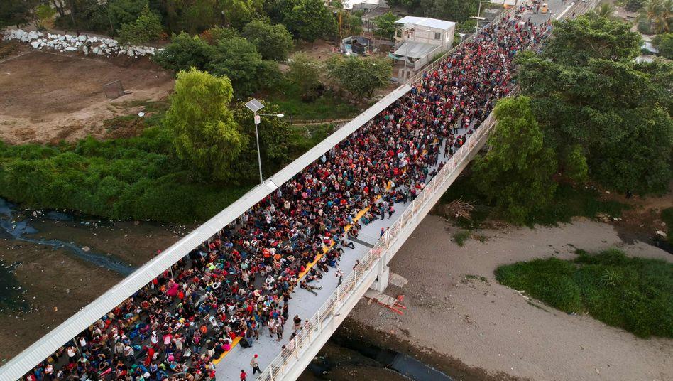 Migranten auf einer Brücke zwischen Guatemala und Mexiko