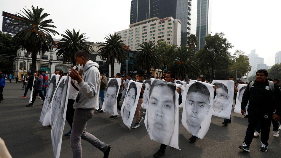 Studenten erinnern am sechsten Jahrestag des Verbrechens an die 43 verschwundenen Studenten