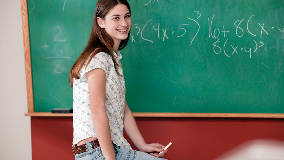 Mädchen im Unterricht: Die Mathe-Angst vieler Schülerinnen ist eingebildet