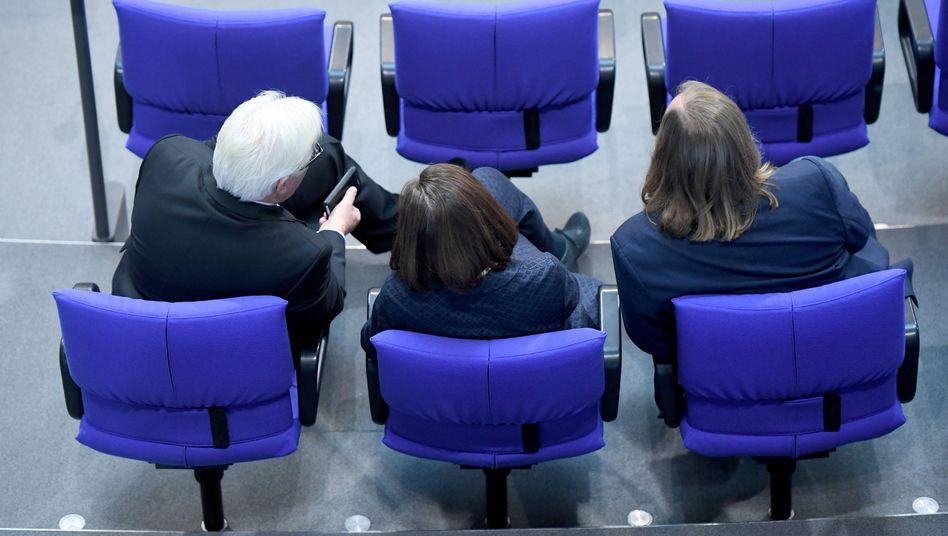Politiker Steinmeier, Göring-Eckardt und Hofreiter im Deutschen Bundestag