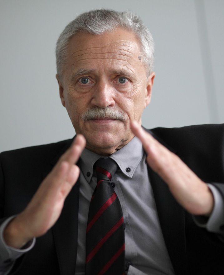 Verfassungsschutzpräsident Fromm warnt: Auch verdächtige Schlüsselgesten (Rakete, Pyramide, Schweineohr) werden erfasst