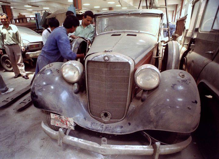 Mercedes-Oldtimer in Katmandu (im Jahr 2000): Nepalesische Mechaniker bei der Arbeit