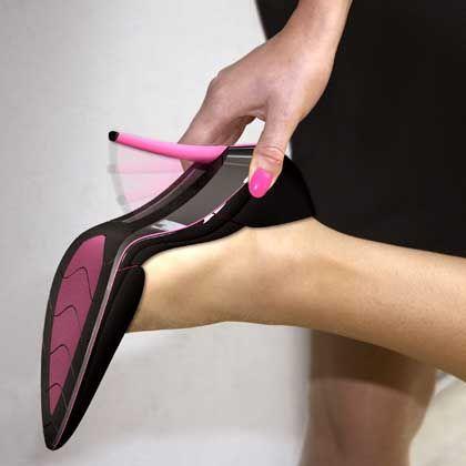 Schuh mit Klapp-Absatz: Eine britische Autoversicherung hat jetzt diesen Prototyp eines High-Heel-Schuhs für Autofahrerinnen entwickelt