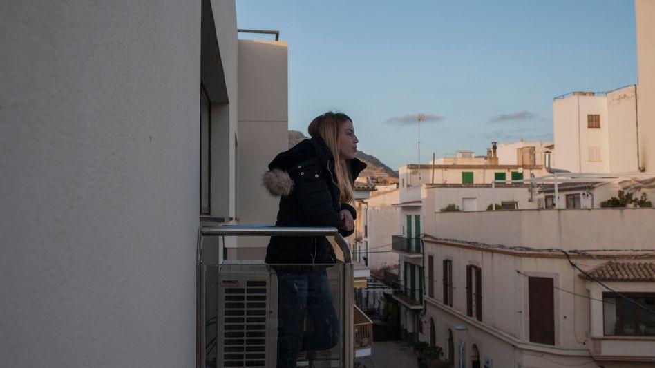 Vanessa Priego Martos auf dem Balkon ihrer Wohnung in Port de Pollenca: Wie es für die Familie weitergeht, ist unklar