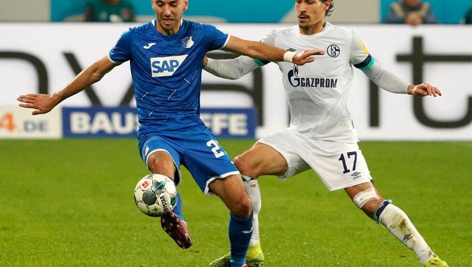 Schalkes Benjamin Stambouli (R) im Zweikampf mit Hoffenheims Sargis Adamyan