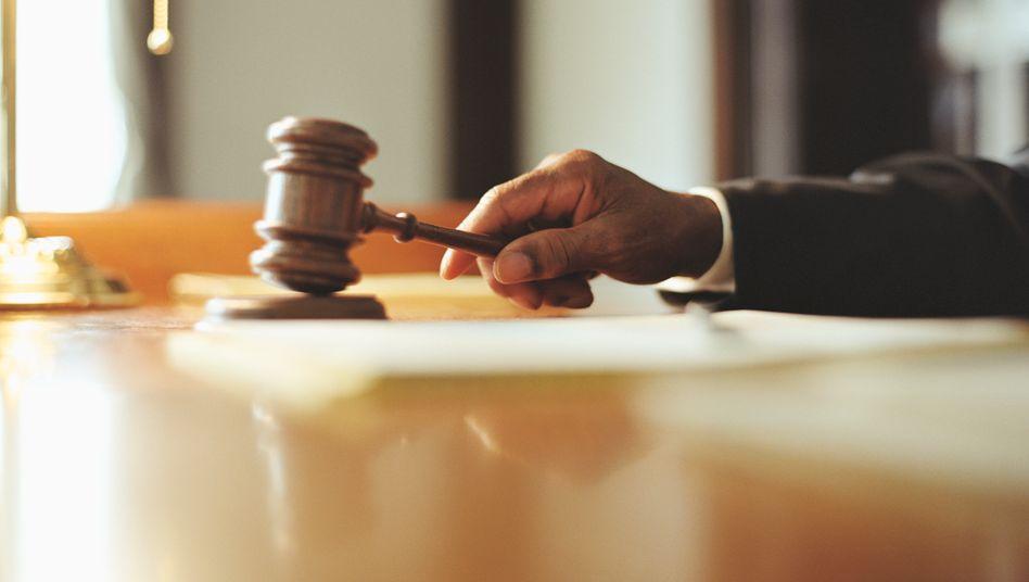 Alles, was Recht ist: Viele Richterinnen und Richter verdienen mit ihrer Expertise noch ordentlich nebenbei