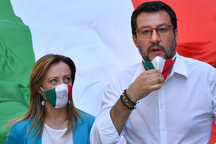Salvini, hier neben Girgia Meloni, nahm seinen Mundschutz mehrfach ab