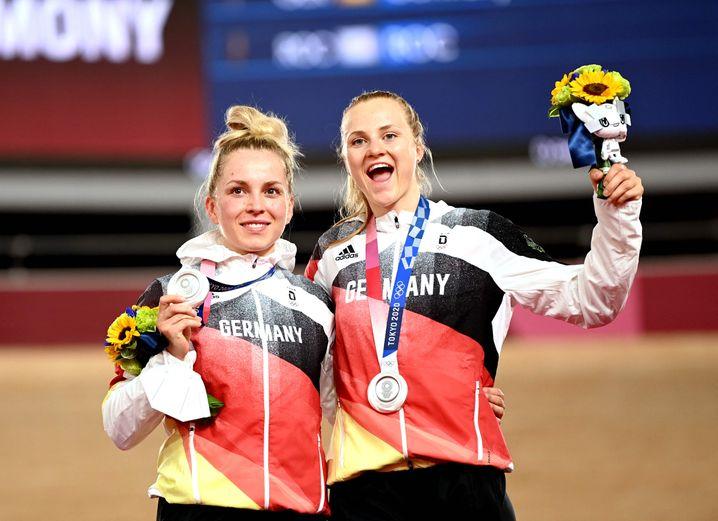 Emma Hinze (l.) und Lea Sophie Friedrich mit ihrer Silbermedaille