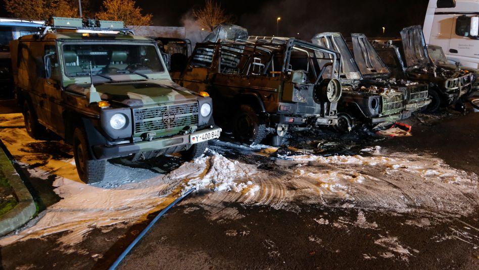 Leipzig: Ausgebrannte Geländewagen der Bundeswehr stehen auf dem Gelände eines Autohauses