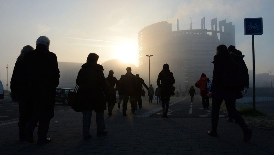 Fußgänger vor dem Europaparlament: Ab 2016 Girokonto für alle